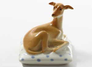 Скульптура Левретка на подушке мимми